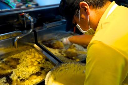 上間天ぷら 天ぷら調理写真